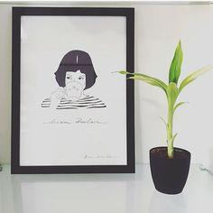 A Amelie Poulain no traço da ilustradora @brusimoes já virou um clássico.  Esse está decorando a casa da Clara (@claracibelle). Não ficou lindo?  - Conheça toda a #ColeçãoBruSimõesNCDJ e sua homenagem às grandes mulheres: Dream Poulain Act Audrey e Think Lispector. - http://ift.tt/1dqyBxz (link na bio). #nacasadajoana #abaixoasparedesvazias #pôster #posters #quadros #enquadrados #design #decoração #decor #interiordesign #pinterest #meunacasadajoana #casa #lar #ameliepoulain #brusimoes