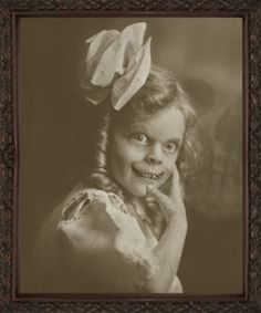 This little girl must have been a hit on Halloween. Seriously freaky looking. Creepy Old Photos, Creepy Pictures, Old Pictures, Arte Horror, Horror Art, Human Oddities, Creepy Vintage, Creepy Art, Creepy Ghost
