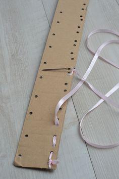 Bonjour, petite idée d'atelier autonome - Avec un carton, une perforatrice, un ruban ou une ficelle et un pince laine arrondi. Bonne activité