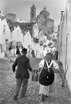 Matera, 1951 by Henri Cartier-Bresson, Magnum Photos History Of Photography, Candid Photography, Street Photography, Urban Photography, Color Photography, Magnum Photos, Henri Cartier Bresson Photos, Castel Del Monte, Walker Evans