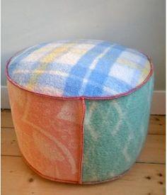 Grote poef bekleed met wollen dekens uit de jaren 68 en 70. Deze poef is 30 cm hoog en 50 cm doorsnede. Kan ook in andere kleuren besteld worden, of in een kleiner formaat.