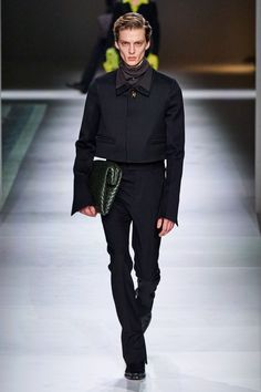 Bottega Veneta Fall 2020 Ready-to-Wear Fashion Show - Vogue Fashion Week Hommes, Mens Fashion Week, Runway Fashion, Men's Fashion, Luxury Fashion, Star Clothing, Clothing Co, Peter Lindbergh, Vogue India