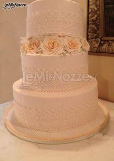 http://www.lemienozze.it/gallerie/torte-nuziali-foto/img32530.html Torta nuziale bianca con applicazione di rose