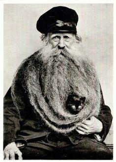 Louis Coulon vers 1900's, avec sa barbe de plus de 3 mètres dans laquelle il transporte un drôle de passager.