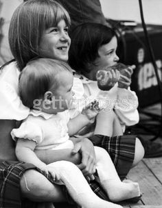 Heather, (Linda Eastman's daughter) adopted by plastic, Faul along w/ Linda & Faul's two children, Mary & Stella. Paul Mccartney Kids, Mary Mccartney, Paul And Linda Mccartney, Stella Mccartney, Heather Mccartney, Linda Eastman, Family Photo Album, Family Pics, Sir Paul