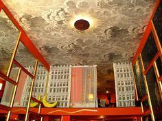 J'adore ce papier peint sur le plafond, Cole & Son Fornasetti wallpaper.