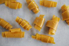 Mango Honey Fruit Leather is the Bees Knees - Dash of (Vegan) Butter Gluten Free Snacks, Quick Snacks, Yummy Snacks, Healthy Snacks, Healthy Eating, Healthy Sweets, Healthy Kids, Gluten Free Recipes, Mango Recipes