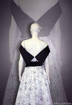 Vestido con cintura muy marcada, falda de capa y escote de pico con cuello en contraste.
