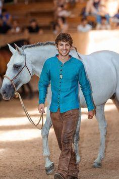 Was Pferde wirklich von uns wollen: Interview mit dem Pferdetrainer Arien Aguilar. Wollen Pferde Leckerli oder wollen sie Regeln? Wie können wir lernen die Pferde besser zu lesen und zu verstehen? Welche Rolle spielt unsere Körpersprache dabei? Arien Aguilar beschäftigt sich seit Jahren mit der Seele der Pferde. Er hat bei verschiedensten Trainern gelernt und sich verschiedene Ideen und Ansätze rausgezogen. Alles dreht sich bei Arien um die richtige Balance und die richtige Energie.