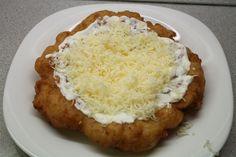 A krumplis lángos vagy burgonyás lángos a lángosok királya. Foszlós, puha és nagyon finom.