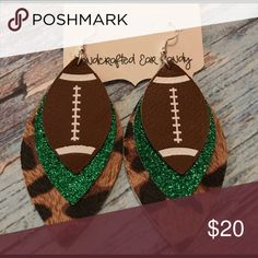 Green Football Leopard Leather Spirit Earrings These are handcrafted leather earrings. The biggest l. Dyi Earrings, Diy Leather Earrings, Leather Jewelry, Leather Craft, Homemade Jewelry, Green Glitter, Cricut Creations, Leather Projects, Girls Bows