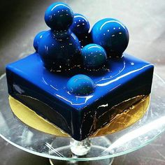 Mirror glaze cake: recipe for fried cake with coating of shiny glaze - Spiegel kuchen - Torten Rezepte Fancy Desserts, Fancy Cakes, Mini Cakes, Delicious Desserts, Cupcake Cakes, Blue Desserts, Cherry Desserts, Beautiful Desserts, Beautiful Cakes
