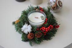 Coroniță din brad natural și lumânare din ceară de soia cu fitil din lemn – Flowers of Soul Christmas Wreaths, Table Decorations, Holiday Decor, Home Decor, Corona, Decoration Home, Room Decor, Dinner Table Decorations, Advent Wreaths