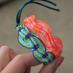 Pattern and instructions to make a wavy friendship bracelet.