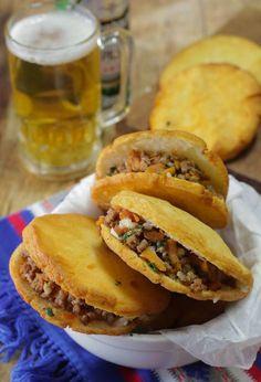 Ricetta Venezuelana e Colombiana delle Arepas ripiene di carne e verdure speziate fritte. Pane di mais bianco senza lievitazione, lievito e glutine