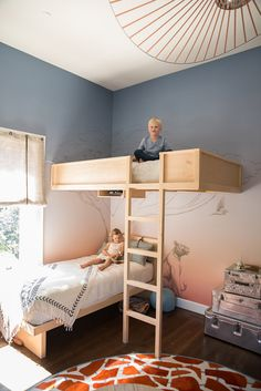 This shared bedroom is amazing. Those custom bunkbeds are swoon-worthy!