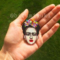 Frida Kahlo broş/kolye Resimleri kadar hayatıyla da ünlenmiş Meksika'lı ressam Frida Kahlo.. Miyukilerle hazırlanan.... 362751