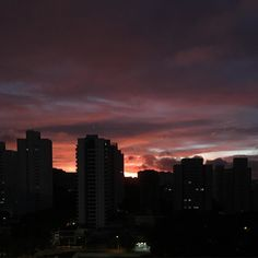Bom dia pra quem está saindo pra treinar com esse lindo nascer do sol! Foto sem filtro :) . #acordapracorrer