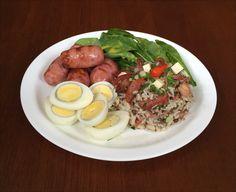 Baião de Dois, Linguiça Toscana Assada, Ovos de Galinha Cozido e Salada de Rúcula ao Molho de Alcaparras.