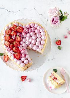 Erdbeer-Herz-Torte zum Muttertag | Emma's Lieblingsstücke Mothers Day Cake, Number Cakes, No Bake Cake, Cake Recipes, Bakery, Food And Drink, Favorite Recipes, Sweets, Homemade
