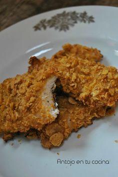"""Pollo crujiente con miel y mostaza {al horno y sin huevo}  Ingredientes para las tiras de pollo """"fritas"""" al horno: Para el pollo rebozado:  2 pechugas de pollo 1 taza de yogur casero natural sin azúcar 2 cucharadas de miel 2 cucharadas de mostaza de Dijon 2'5 tazas de cereales de maíz (corn flakes) Sal Pimienta recién molida Para la salsa de miel y mostaza:  3 cucharadas de mayonesa 1 cucharada de miel 1 cucharada de mostaza Dijon"""