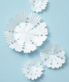 copos de nieve para decorar en navidad, hechos con bases de magdalenas o cupcakes