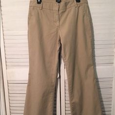 J.Crew City Short Flare Leg Khaki Pants 6 This item has been previously worn. It is in gently used condition, but bears no signs of wear. It is a size 6, fits sizes 4/6. This item is 100% Cotton. J. Crew Pants Boot Cut & Flare