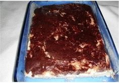 Potřebné přísady: 1/2 hrnku oleje 1 hrnku cukr krystal 1 balíček prášek do pečiva 1 lžíce kakaa 2 hrnky polohrubé mouky 1 hrnek mléka Náplň: 2 lžíce mléka 3 lžíce cukru krysta 1 ks vejce 1 balíček vanilkový cukru 1-2 ks tvarohu čerstvé nebo kompotované ovoce podle potřeby tuk na vymazání mouka na vysypání Postup přípravy: Připravíme si náplň: Tvarohy vyšleháme s vejcem, cukrem, vanilkovým cukrem a troškou mléka dohladka. Smícháme 2 hrnky polohrubé mouky s práškem do pečiva, hrnkem krystalu… Pavlova, Kitchen Hacks, Tiramisu, Sweets, Cheesecake, Ethnic Recipes, Desserts, Food, Pastries