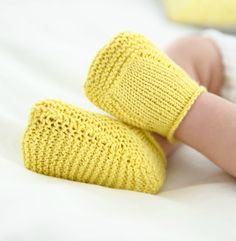Knitting patterns for kids children baby booties ideas Knitting For Kids, Easy Knitting, Crochet For Kids, Knitting Socks, Loom Knitting, Baby Booties Knitting Pattern, Knit Baby Booties, Crochet Baby Shoes, Baby Knitting Patterns