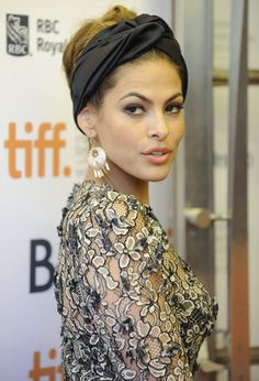 Eva Mendes *Not Typed by Kibbe Head Scarf Styles, Headband Styles, Eva Mendes, Headband Hairstyles, Cool Hairstyles, Turban Style, Actrices Hollywood, Mode Outfits, Sensual