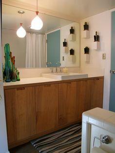 Mid-century bathroom with wood cabinet doors Ikea Bathroom, Bathroom Interior, Bathroom Cabinets, Design Bathroom, Retro Bathrooms, Tiny Bathrooms, Mid Century Bathroom Vanity, Wood Cabinet Doors, Wood Cabinets