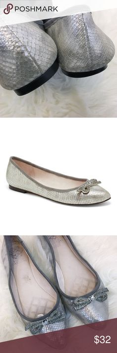 Vince Camuto Tanyah Silver bow flats Sz 9 How can you say no to a bow? These shiny ballet flats will give you a no pain gain. Piping and a low heel make the Vince Camuto Tanyah appealing with slacks for a weekday or a bouncy dress for the weekend. Great condition! A few scratches. Please see photos for wear comparisons! Happy Poshing💁🏾✨  Retail $110 Vince Camuto Shoes Flats & Loafers