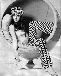 Sixties fashion in clothes and furniture Look Retro, Look Vintage, Vintage Mode, Vintage Ladies, Vintage Photos, Retro Vintage, Style Année 60, Mode Style, 60s And 70s Fashion