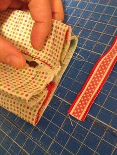 Tutorial neceser - Fly Tutorial and Ideas Sewing Tutorials, Sewing Crafts, Sewing Projects, Bag Patterns To Sew, Sewing Patterns, Quilted Bag, Toiletry Bag, Diy Crafts To Sell, Craft Gifts