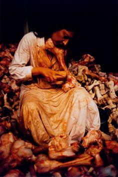 Marina Abramovic, Balkan Baroque, 1997. Edward Kienholz, Baroque, Marina Abramovic, Human Art, Art Moderne, Pose Reference, Oeuvre D'art, Installation Art, Art History