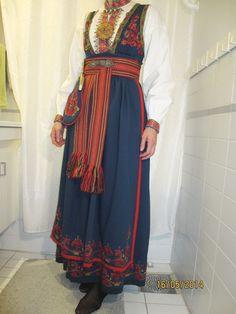 Øst / Aust Telemark bunad med skjorte og sølv | FINN.no Scandinavian Folk Art, Nordic Art, Folk Costume, Costumes, Hardanger Embroidery, Elsa Anna, Thrifting, Norway, Dresses