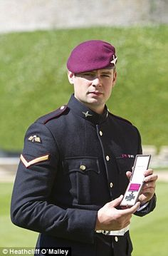 Lance Corporal Joshua Leakey, from Hampshire, played down his actions and paid tribute to his regiment and the Army after receiving the honour at Windsor Castle British Armed Forces, British Soldier, British Medals, Lance Corporal, Nike Wallpaper, Paratrooper, Military History, Afghanistan, Soldiers
