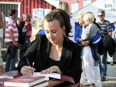 Camilla Lackberg firmando libros en Fjällbacka