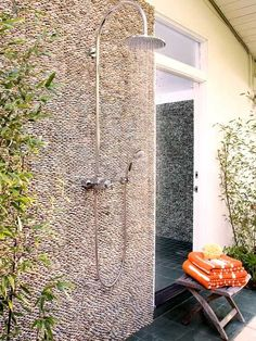 Interlocking by tiles faced with pebbles (Zation Stone, create an eye-catching texture for the backsplash of this outdoor shower in Los Angeles. Outdoor Shower Enclosure, Outdoor Showers, Outdoor Walls, Outdoor Living, West Home, Garden Shower, Pool Bathroom, White Pebbles, Outdoor Stone