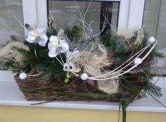 Ozdobit můžete i parapet okna. I v truhlíku můžete využít bílé, stříbrné a přírodní dekorace. Tento tip je z dílny aranžérů firmy Viola zahrady; archiv firmy