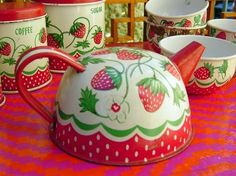 vintage strawberry motif tin tea set toy by by jazzboogie on Etsy Strawberry Patch, Strawberry Fields, Strawberry Shortcake, Vintage Tins, Etsy Vintage, Vintage Kitchen, Vintage Dishes, Strawberry Kitchen, Strawberry Decorations