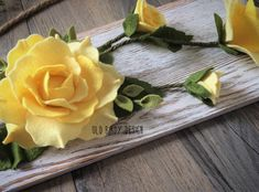 """""""There's a yellow rose in Texas.."""" but maybe none made of beautiful wool felt on a cute little whitewashed plank?? ♀️ #feltflowers  #mothersday  #oldbirdydesign #yellowroses"""