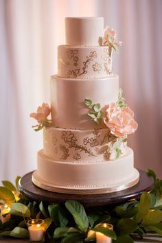 A very pretty cake: http://www.stylemepretty.com/little-black-book-blog/2015/07/30/traditional-tampa-garden-inspired-wedding/ | Photography: Justin DeMutiis - http://justindemutiisphotography.com/