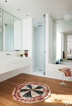 A Family-Friendly California Beach House Turin designed the Corian vanity in the master bath; the mat and towels are by Missoni, the sink fittings are by Vola, and the tub is by Wetstyle. Architectural Digest, Beach House Bathroom, Master Bathroom, Bathroom Rugs And Mats, Aspen House, California Beach, Amazing Bathrooms, Modern Bathrooms, Cool Rooms