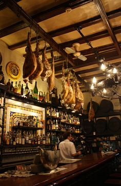 Bar area, Los Caracoles, a restaurant dating from established by the Bofarull family and located in Ciutat Vella. Barcelona Travel, Barcelona Spain, Gaudi, Cafe Restaurant, Restaurant Design, Spanish Tapas, Spanish Food, Barcelona Restaurants, Bar A Vin