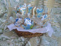 Cesta de galletas decoradas de bautizo ideales para celebraciones, para Carlos, el ahijado de Miriam, una buena amiga de la familia