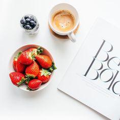 Strawberries and coffee - food flatlay by Sandra Moreira @ sandrocas instagram