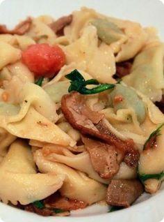 Ravioli di Magro con Funghi e Rucola    Ingredienti: per 2 persone  250 gr. ravioli di magro 250 gr. di pomodorini cherry una manciata di porcini secchi un piccolo mazzetto di rucola 4 cucchiai d'olio d'oliva extra 1 noce di burro 1 spicchio d'aglio      Possiamo dire, per essere un po' spiritosi, che il pomodoro và bene in tutte le salse. Il perino, ramato, a ciliegia...non c'è che l'imbarazzo della scelta, è uno degli ortaggi più versatili, sia nella versione salata, sia nella versione…