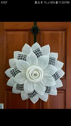 Burlap Crafts, Wreath Crafts, Diy Wreath, Tulle Wreath, Burlap Projects, White Wreath, Wreath Burlap, Wreath Making, Christmas Mesh Wreaths