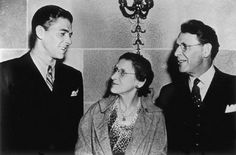 Ronald Reagan with mother Nelle Reagan and father Jack Reagan in California 40th President, President Ronald Reagan, American Presidents, Us Presidents, Tarrytown New York, Michael Reagan, Timothy Hutton, The Long Goodbye, Scott Baio